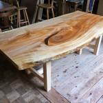 松葉屋の一枚板テーブル