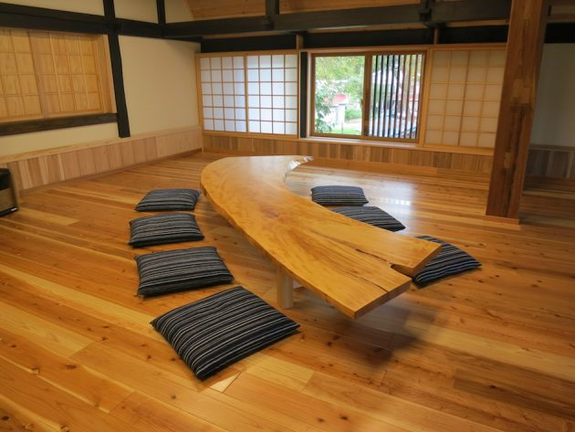松葉屋の栃一枚板テーブル