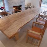樹齢200年におよぶ国内産広葉樹のテーブルとともに