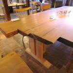 製材したままの姿の「楢の一枚板テーブル」