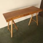 小ぶりなケヤキの一枚板で、小机を作りました。