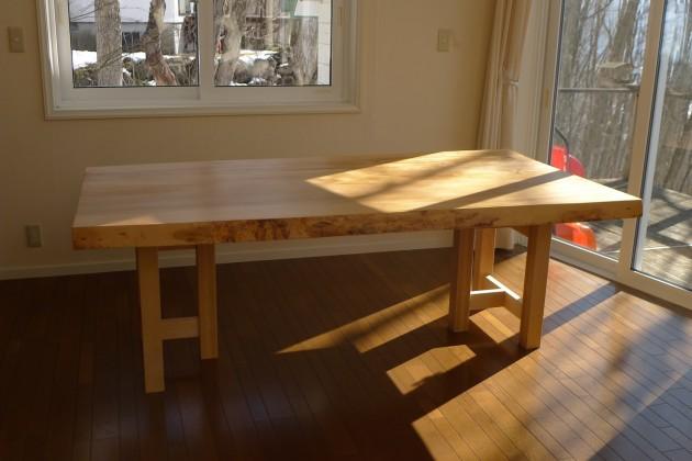 白馬H様邸栃一枚板テーブル