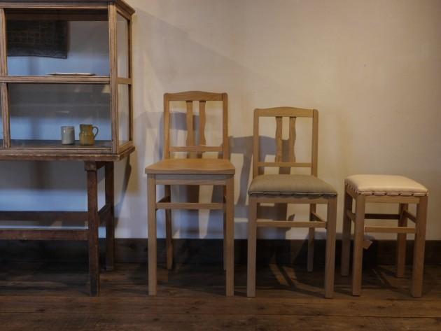 古いガラス棚と松葉屋の椅子