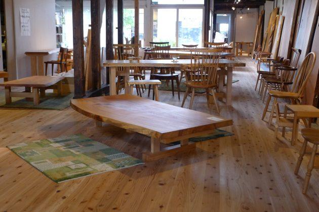 栃の座卓テーブルとギャッベ