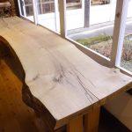 送電線を建設のために伐られた楢の木で、 一枚板を作りました