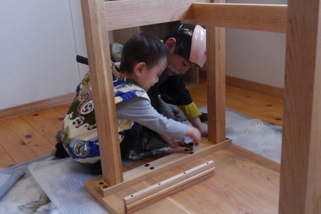 桜の学習机と小さい殿様と小さいお手伝い