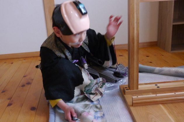 桜の学習机と小さい殿様 作業中