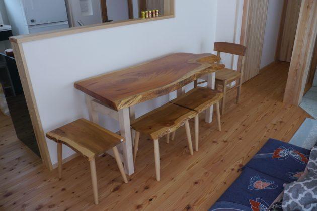 欅の 一枚板テーブルと桜の三連スツール
