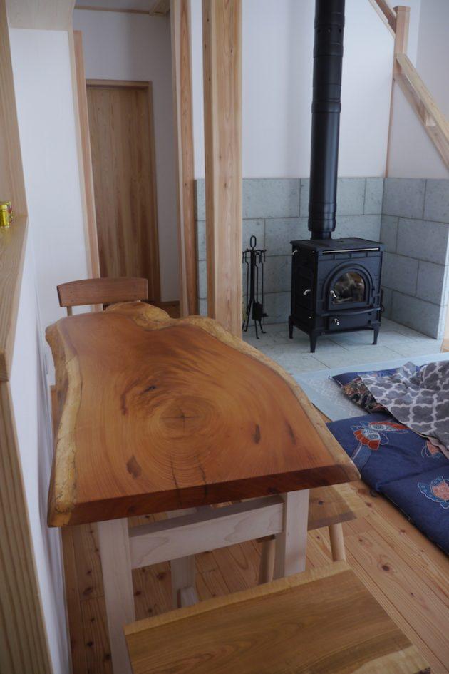 美しい木目の欅の 一枚板テーブルと薪ストーブ