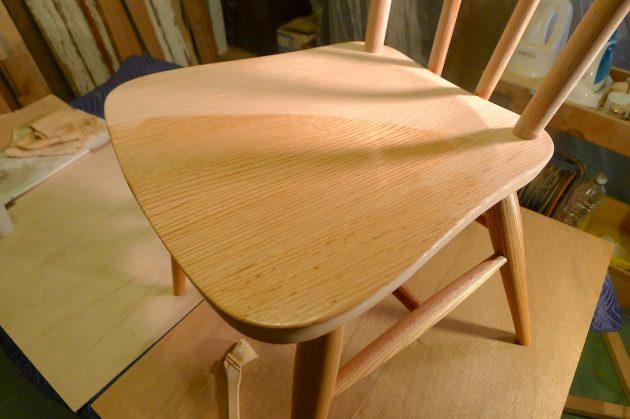 エゴマ油で椅子の塗装2